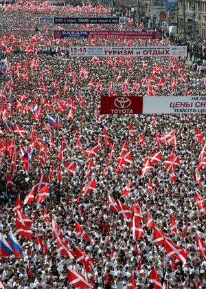 Eine Kundgebung der Naschi im Jahr 2005 in Erinnerung an den Zweiten Weltkrieg