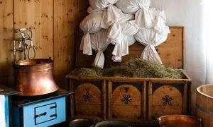 Wunderwaffe. Die Wirkung von alpinen Kräutern entfaltet sich im Heubad, in Tee, Tinktur und Massageöl.