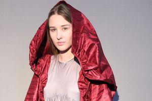 Romeo Gigli. Ein Modell des italienischen Designers inspirierte Kateřina Plamitzerová .