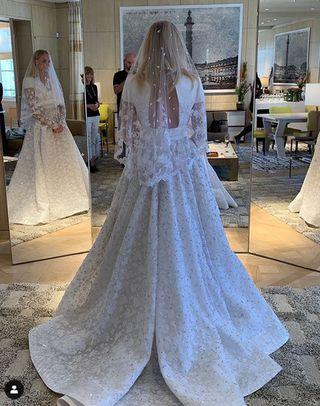 f34d7b34416c11 Auf Instagram veröffentlichte Modeschöpfer Nicolas Ghesquiere (Louis  Vuitton) ein Foto von Turner in ihrem Kleid.