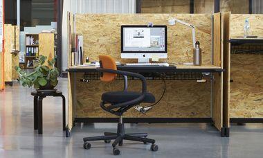 (c) Vitra Schreibtisch, Stehtisch, Sofanische – Hack ist die moderne Variante eines flexiblen Arbeitsmöbels für die Generation der Millennials.