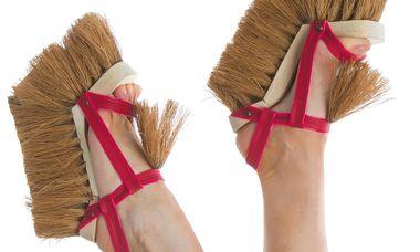 """Putzig. Besenschuhe """"Brooms"""" von der Designerin Sol Alonso."""