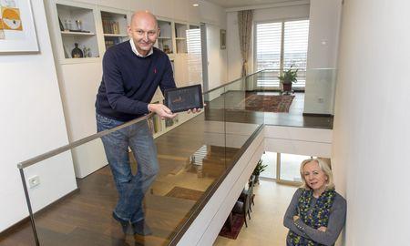 Alfred Pichsenmeister mit seiner Frau, Monika, und Energiemonitoring-Tool, Smart Home-Tastenfelder (r.). / Bild: (c) Helmut Lunghammer