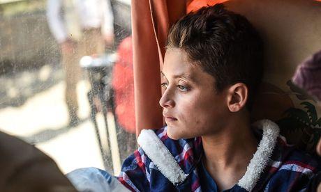 Ein Opfer des Gasangriffes in Syrien wird nach medizinischer Behandlung in der Türkei an die syrische Grenze zurückgefahren. / Bild: APA/AFP/OZAN KOSE
