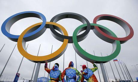 Volunteers vor Olympischen Ringen / Bild: REUTERS