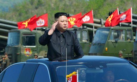 Nordkoreas Machthaber Kim Jong-un bei einer Militärparade. / Bild: APA/AFP/KCNA VIA KNS/STR