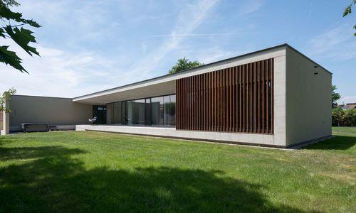 Die bodentiefen Verglasungen lassen viel Licht ins Gebäude. Schutz vor direkter Sonne bietet das vorragende Betondach.