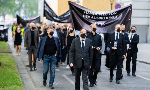 Ärztekammer protestiert mit Trauermarsch gegen Ärztegesetz-Novelle