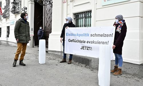 Flüchtlingspolitik: Protestaktion von SOS Mitmensch vor dem Bundeskanzleramt