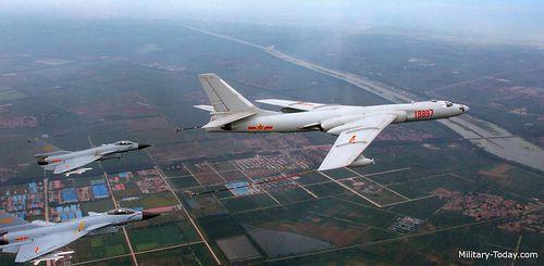 Chinesischer Mittelstreckenbomber Xian H-6 und zwei Chengdu J-10-Mehrzweckkampfflugzeuge