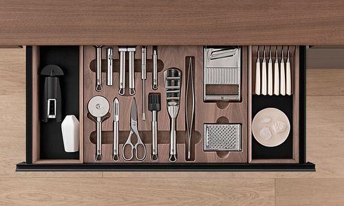 Auf und zu. Versteckte Ordnungen, raffinierte Systeme: Küchen, die überraschen.