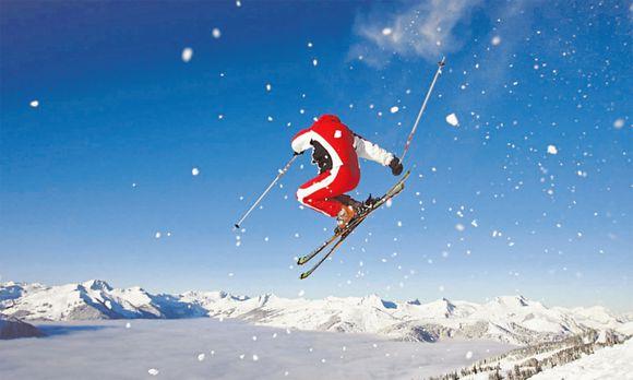 Wer sein Knie beim Skifahren belastet, sollte seine Muskeln vorher mit Skigymnastik trainieren.