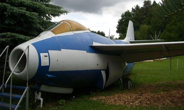 """Diese """"fliegende Tonne"""" von Saab, eines der ersten Düsenkampfflugzeuge des Bundesheeres, steht heute im """"Familienpark Hubhof"""" (www.hubhof.at) nahe Melk. Kinder kriechen gern durch den Triebwerksschacht. / Bild: Greber"""