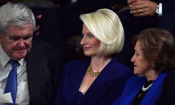 Callista Gingrich (Mitte) mit ihrem Mann Newt (li.). / Bild: APA/AFP/PAUL J. RICHARDS