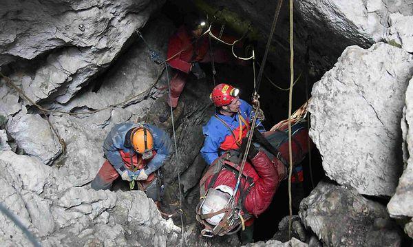Das Ende einer langen Rettungsaktion: Johann Westhauser erreichte am Donnerstag wieder Tageslicht. / Bild: (c) Reuters