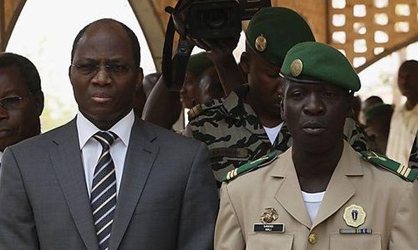 Burkina Fasos Außenminister Bassole and Malis Juntaführer Sanogo bei Verhandlungen / Bild: (c) REUTERS (Luc Gnago)
