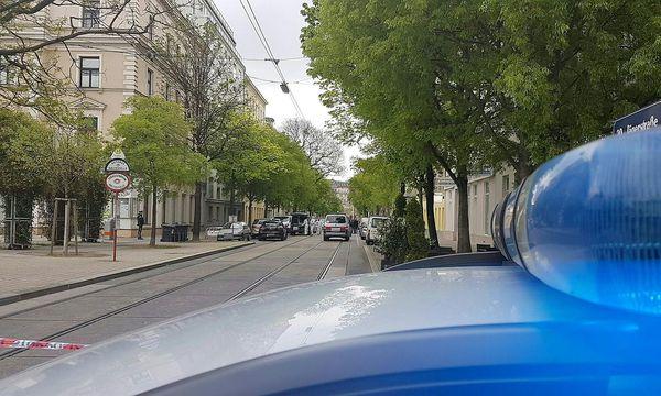 Die Einsatzkräfte am Tatort in der Jägerstraße. / Bild: APA/HERBERT P. OCZERET