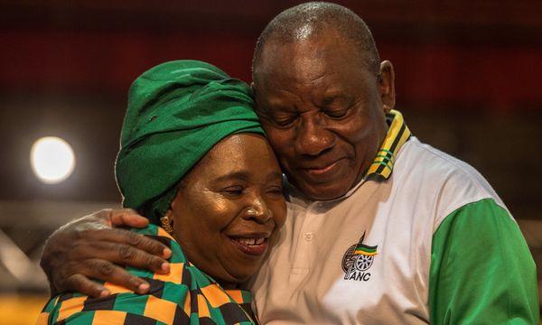 Versöhnende Geste. Cyril Ramaphosa tröstet seine Kontrahentin Nkosazana Dlamini-Zuma, die ihm in einer Kampfabstimmung unterlag.  / Bild: (c) APA/AFP/MUJAHID SAFODIEN (MUJAHID SAFODIEN)
