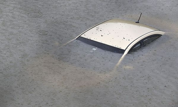 Ganze Schnellstraßen stehen komplett unter Wasser. / Bild: APA/AFP/THOMAS B. SHEA