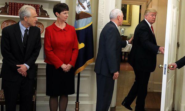 Donald Trump (re.) versucht, duch Executive Orders seinen Wirtschaftskurs durchzusetzen. / Bild: REUTERS
