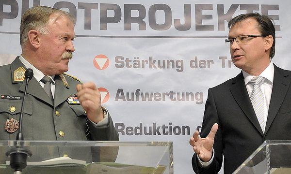 Darabos mit einem seiner härtesten Widersacher: Generalstabschef Edmund Entacher. / Bild: (c) dapd (Hans Punz)