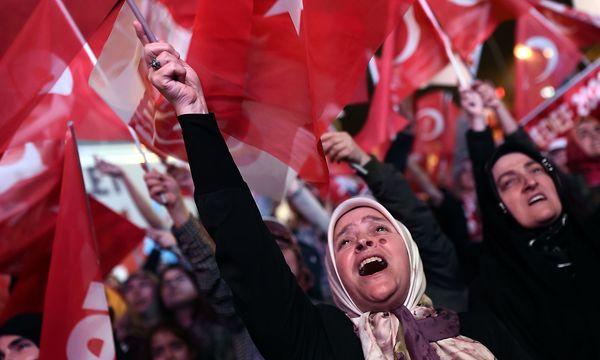 Eine Anhängerin des türkischen Präsidenten Erdogan. / Bild: APA/AFP/OZAN KOSE