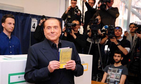 Silvio Berlusconi bei der Stimmabgabe. / Bild: (c) Imago