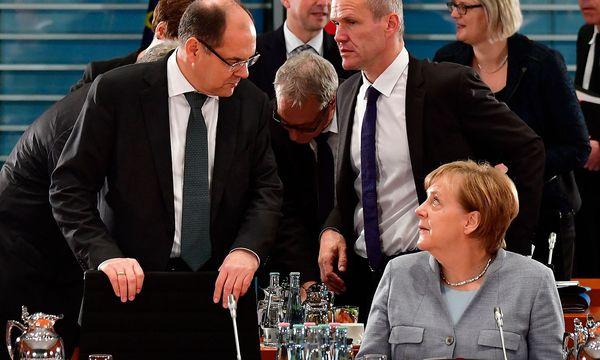 Christian Schmidt und Angela Merkel. / Bild: APA/AFP/JOHN MACDOUGALL