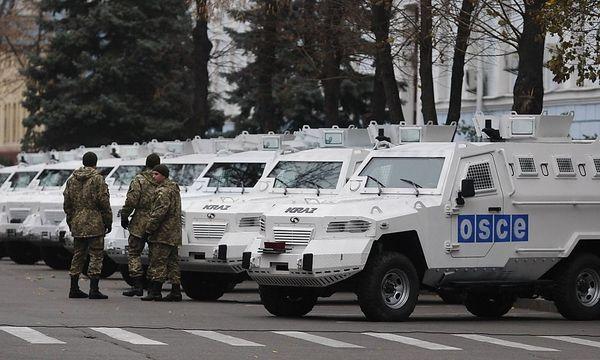 Bereit für den Einsatz: OSCE-Fahrzeuge in Kiew. / Bild: imago/ITAR-TASS