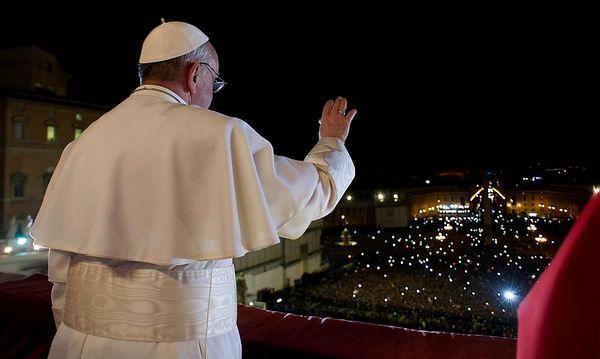 Der Papst spricht zu den Gläubigen am Petersplatz. / Bild: (c) REUTERS (OSSERVATORE ROMANO)