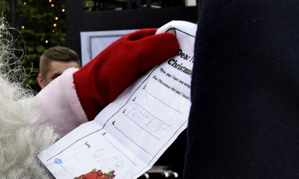 (c) REUTERS (Lehtikuva Lehtikuva) . Lediglich ein Polizei-Auto möchte der Prinz am Weihnachtsmorgen auspacken.