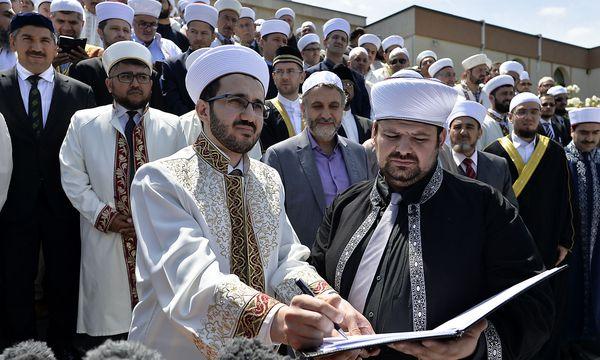IGGiÖ-Generalsekretär Ramazan Demir (rechts) und weitere 300 Imame bei der Unterzeichnung am Mittwoch. / Bild: APA/HERBERT NEUBAUER