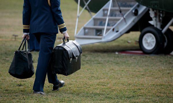 Der Atomkoffer ist immer in der Nähe des Präsidenten. Darin finden sich die Codes, mit denen er das US-Nuklearwaffenarsenal aktivieren kann.  / Bild: (c) Getty Images (Drew Angerer)