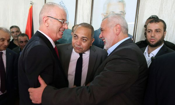Palästinenserpremier Rami Hamdallah (li.) traf Hamas-Chef Ismail Hanijeh.  / Bild: (c) REUTERS