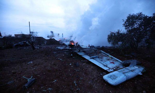 Ein Flügel der abgeschossenen Su-25 Frogfoot. / Bild: APA/AFP/OMAR HAJ KADOUR