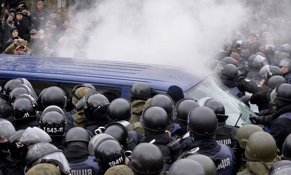 Michail Saakaschwili wird aus dem Gefangenentransporter befreit. / Bild: (c) AFP (SERGEI CHUZAVKOV)