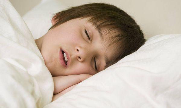 Schlafender Bub / Bild: (c) imago/blickwinkel