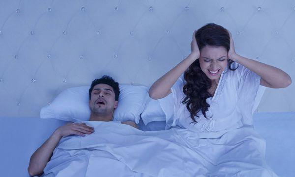 Schnarchender Mann und schlaflose Frau / Bild: (c) imago/Indiapicture