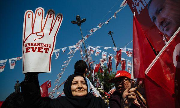 Anhänger Erdoğans bejubeln in dessen früherem Wohnviertel Kasımpaşa in Istanbul die Pläne zum Umbau des Staates.  / Bild: (c) imago/ZUMA Press (Jodi Hilton)
