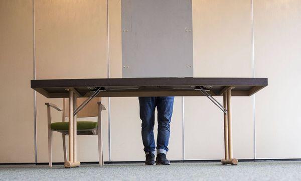 Symbolbild: Blick auf die Wahlkabine / Bild: imago/Michael Schick