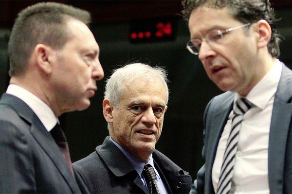Der zypriotische Finanzminister Michael Sarris (Mitte) mit seinem griechischen Kollegen Yannis Stournaras (links) und Eurogruppen-Chef Jeroen Dijsselbloem (rechts). / Bild: (c) EPA (Olivier Hoslet)