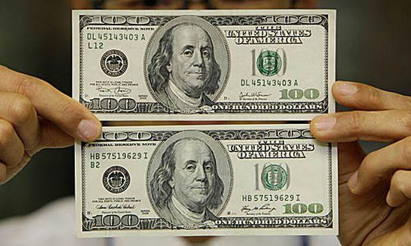Falsche und echte 100-Dollar-Note / Bild: (c) AP (Lee Jin-man)