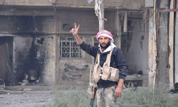 Ein Pro-Syrien-Kämpfer mit dem Victory-Zeichen / Bild: APA/AFP/STRINGER