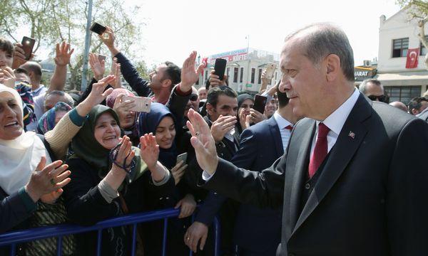 Bad in der Menge: Der türkische Staatspräsident, Recep Tayyip Erdoğan, lässt sich am Montag – einen Tag nach dem umstrittenen Verfassungsreferendum – von seinen Anhängern feiern. / Bild: (c) APA/AFP/YASIN BULBUL