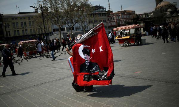 Die Türkei und ihre Idole. Ein Straßenverkäufer mit einer türkischen Flagge, die Staatsgründer Atatürk zeigt. / Bild: (c) REUTERS (ALKIS KONSTANTINIDIS)