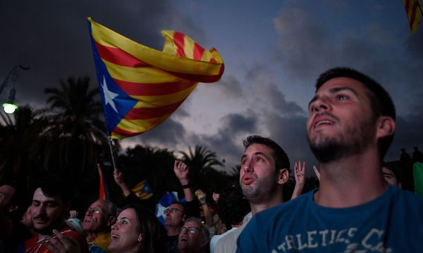 Anhänger der katalanischen Unabhängigkeit während der Rede des Regionalchef Puigdemont. / Bild: APA/AFP/JORGE GUERRERO