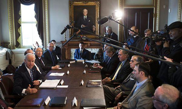 US-Vizepräsident Joe Biden (links) führt mit Waffenbesitzer-Gruppen Gespräche im Weißen Haus. / Bild: (c) EPA