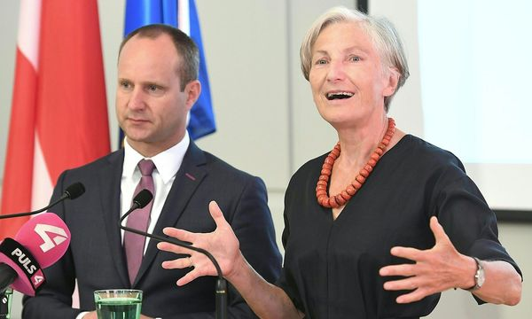 NEOS-Chef Matthias Strolz und Irmgard Griss bei der Pressekonferenz am Donnerstag / Bild: APA/HELMUT FOHRINGER