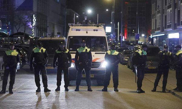Polizisten vor dem türkischen Konsulat in Rotterdam. / Bild: REUTERS/Yves Herman