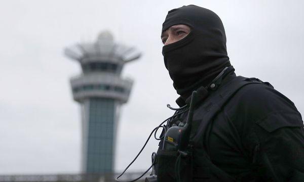 Ein Beamter einer Spezialeinheit am Samstag beim Flughafen Orly / Bild: REUTERS